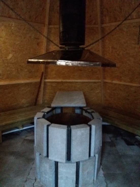 Insidan grillkåta vid paintballbanan